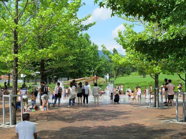 大人気のグリーンヒルズの噴水広場!