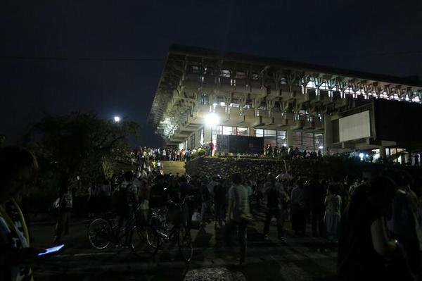 「B'z 津山公演」当日の文化センター内外の様子。