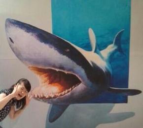 サメに襲われるトリックアート.jpg