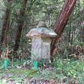 村境の道標と灯籠型の六体地蔵(福井)
