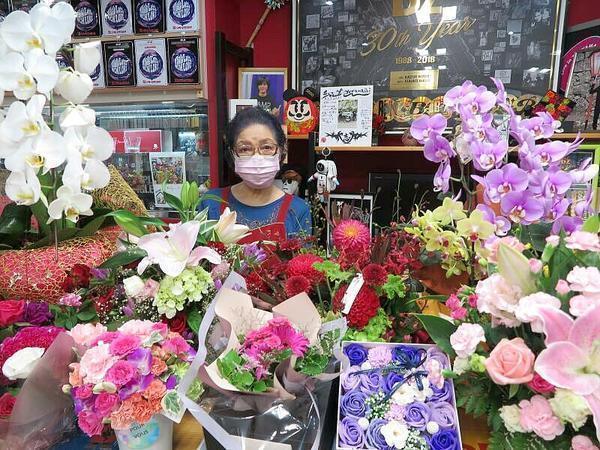 浩志さんの誕生日祝いの花束に囲まれたママ。